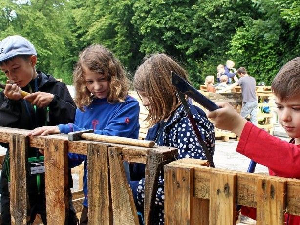Ferienaktion: Hämmern und spielen als Erholung auf dem Abenteuerspielplatz