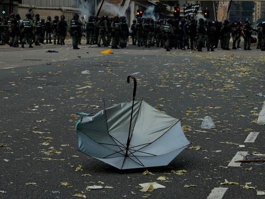 Bild des Tages: Polizei schießt Demonstrant in Hongkong an.