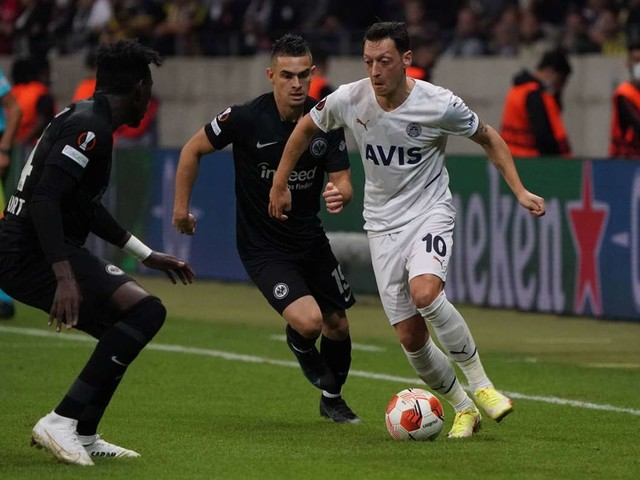 Frankfurt gegen Istanbul: Erst Knallkörper, dann Özils Tor – Eintracht auch in Europa sieglos