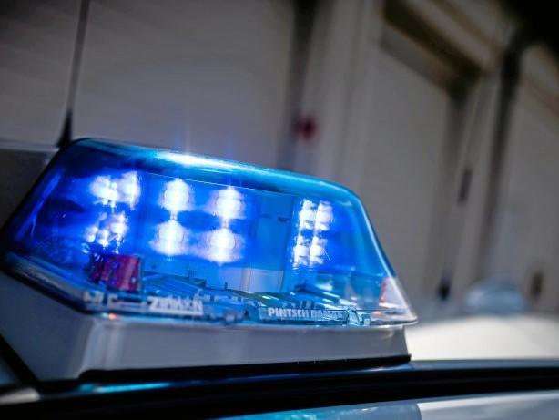 Verletzte: Polizeiauto stößt mit Lieferwagen zusammen