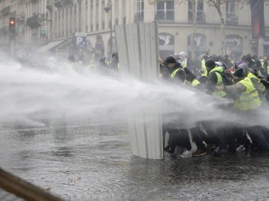 Frankreich: Polizei stoppt Demonstranten vor Präsidenten-Palast