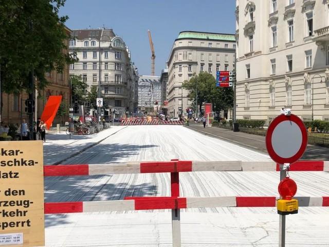 Angewandte: Der weiße Oskar-Kokoschka-Platz als Leinwand