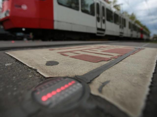 Verkehrssicherheit: Hannover plant Bodenampeln, damit Handynutzer nicht von Straßenbahnen angefahren werden