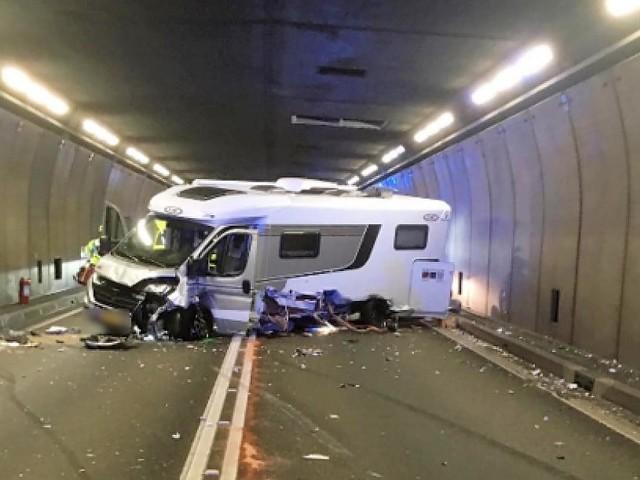 Tunnel war für mehrere Stunden gesperrt - Auto rammt Wohnmobil: Fünf Verletzte nach schwerem Unfall im Gotthard-Tunnel