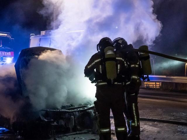 Kleinwagen ging mitten auf SCS-Brücke in Flammen auf