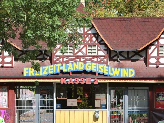 Prozess in Kitzingen: Freizeitparkbetreiber entschuldigt sich für Deko mit echten Grabsteinen