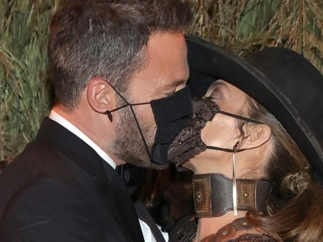 Jennifer Lopez und Ben Affleck: Das Paar turtelt mit Maske bei der Met Gala