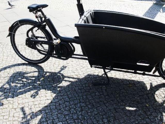 Einsatz unter Atemschutz - Akku-Brand bei Lastenrad: Feuerwehr muss Elektro-Bike in Container tauchen