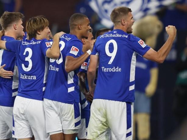 Schalke live im TV: Schalke bei Hansa Rostock live im Free-TV: Alles zur Übertragung der 2. Bundesliga