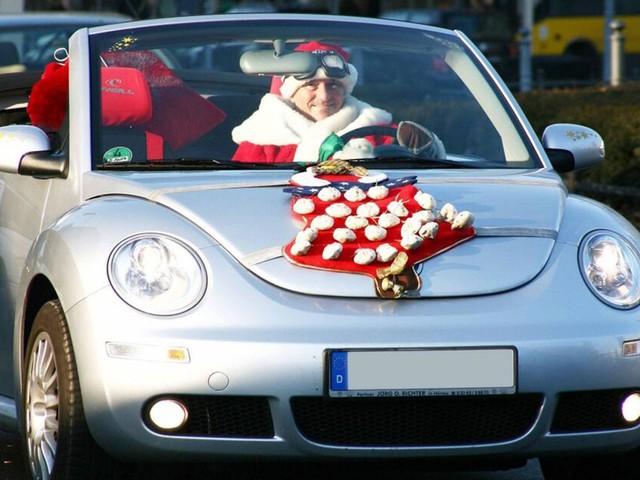 Weihnachtsdeko am und im Auto: Was ist erlaubt, was ist verboten?
