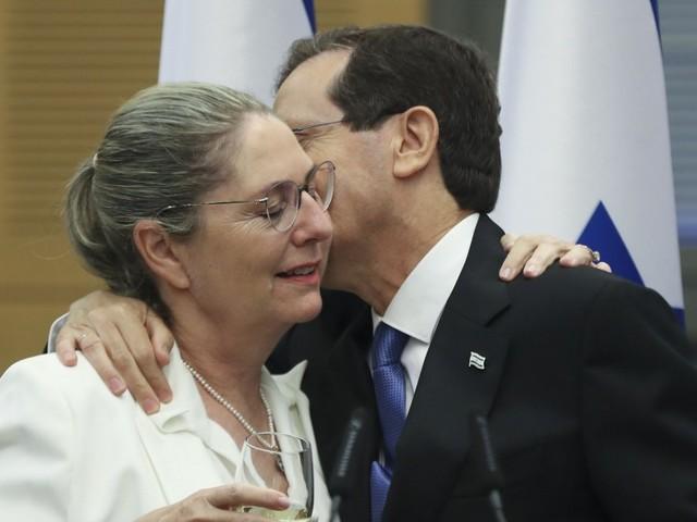 Corona weltweit: Israels Präsident Herzog bekommt dritte Impfung