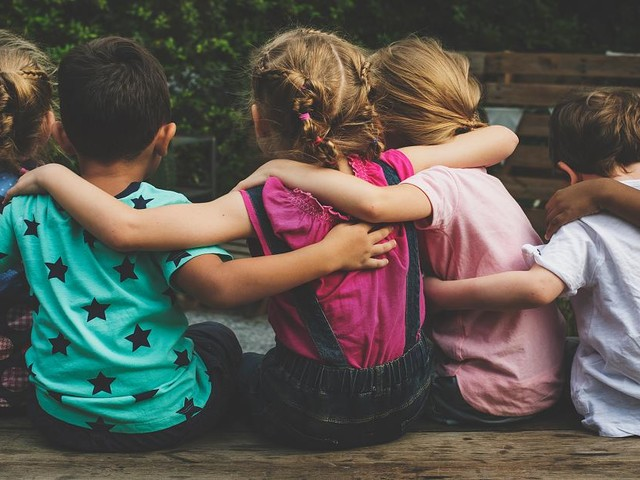 """Kinderpsychologin im Interview - """"Mit 3 Monaten beginnt Schubladen-Denken"""": Wie wir Kinder zu Antirassisten erziehen"""