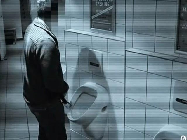Ekelhaft: Mann entblößt sich in öffentlicher Toilette und uriniert in Keramikskulptur