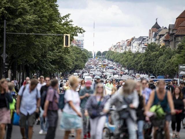 Demonstrationsverbot: Rangeleien zwischen Protestierenden und Polizei in Berlin