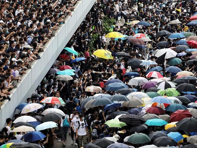 Teilerfolg für Demonstranten: Hongkong verschiebt Auslieferungsgesetz