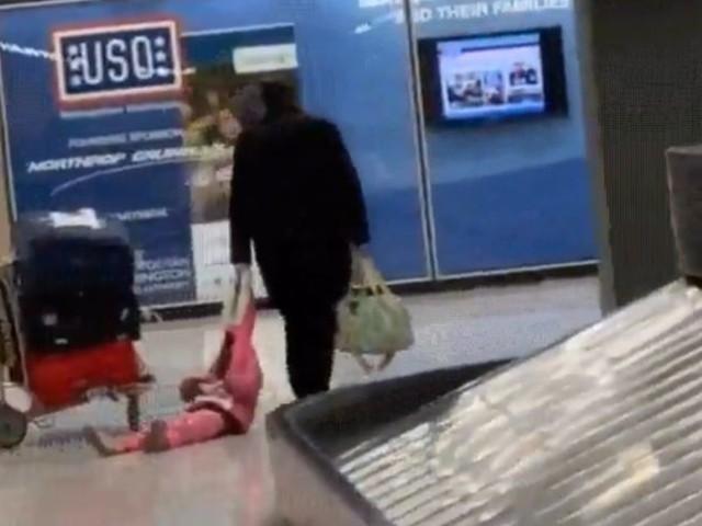 Genervter Papa zieht Tochter an Kapuze durch Flughafen