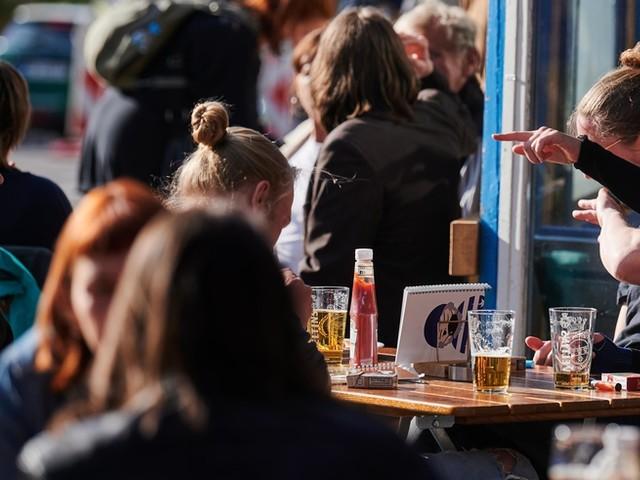 Corona-News – Menschen in Cafés: Nach Öffnung der Außengastronomie weitere Lockerungen in Berlin im Gespräch +++ Kurzarbeit-Erleichterung wird verlängert