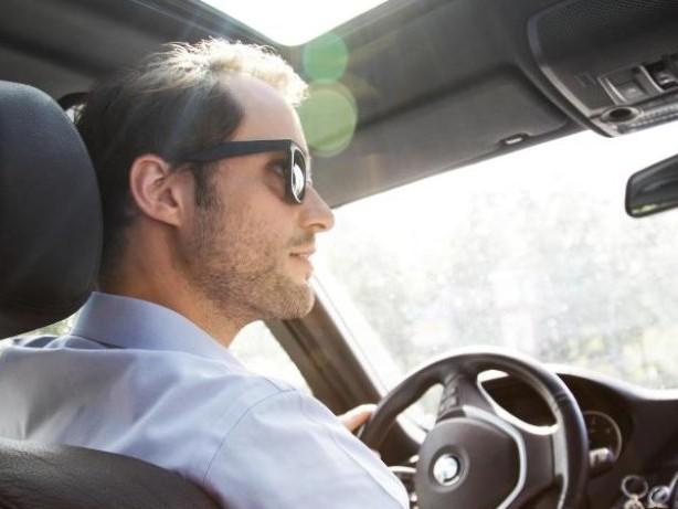 Auto: Sonnenbrille mit polarisierenden Gläsern hilft am Steuer