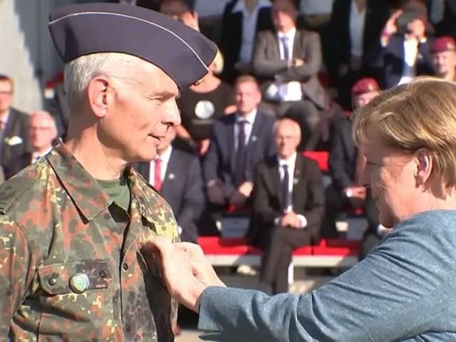 Video: Merkel ehrt Soldaten für Afghanistan-Einsatz