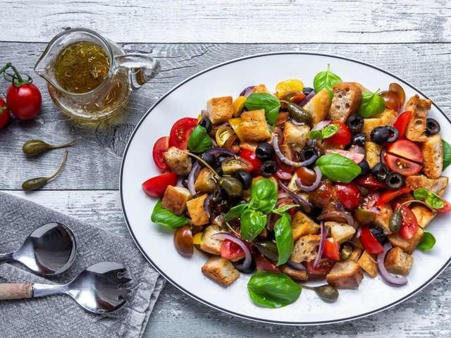 Salat und Brot in einem: So machen Sie einen leckeren Brotsalat für den Grillabend