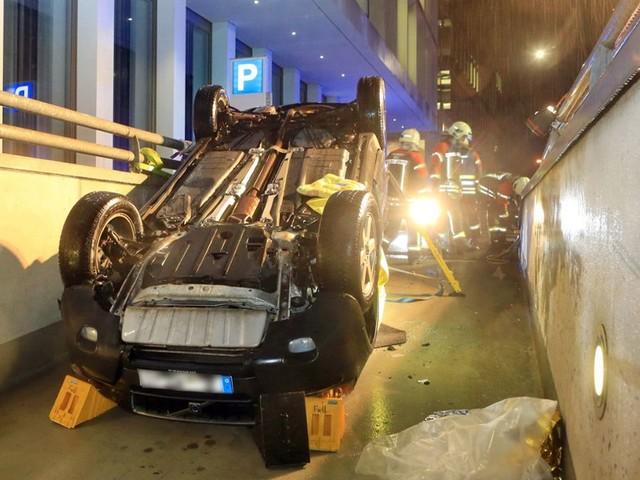 Frontscheibe beschlagen: Auto stürzt in Tiefgarage