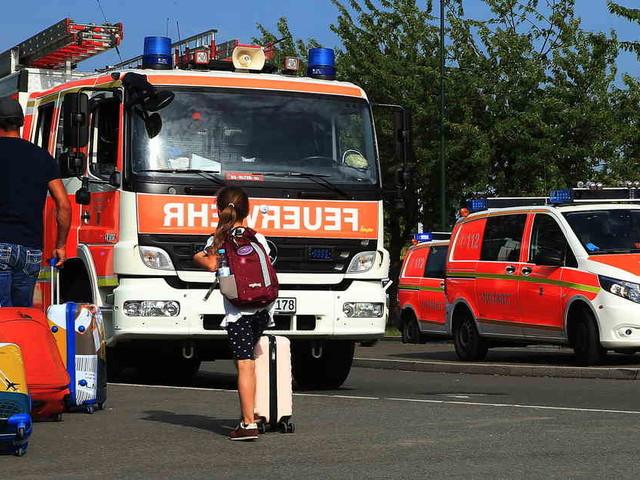 Am Düsseldorfer Flughafen: Zug bleibt in Hitze liegen - Feuerwehr versorgt Passagiere