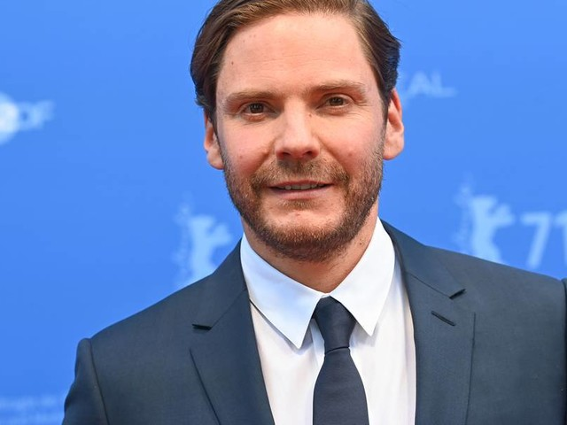 """Berlinale 2021: Daniel Brühl gibt mit Psychothriller """"Nebenan"""" sein Regiedebüt"""