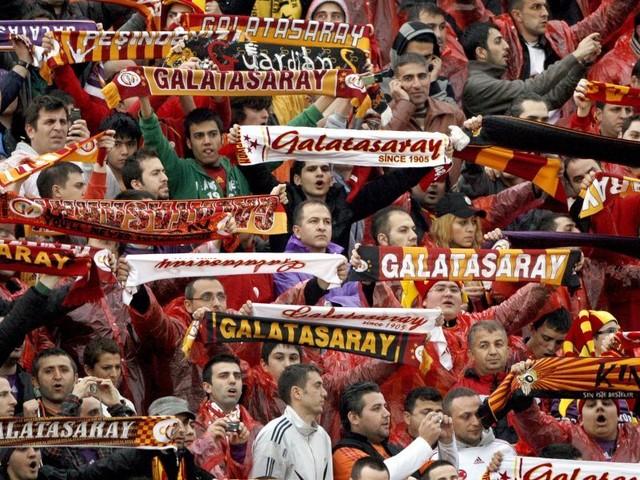 Bei Turnier mit BVB-Traditionsteam: Galatasaray-Fans stürmen Halle