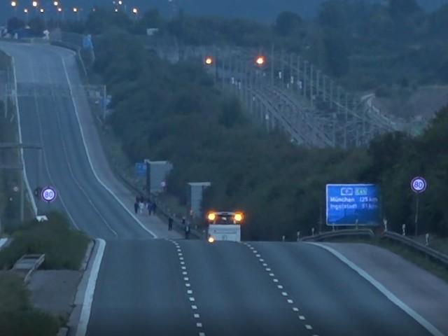 Autobahn voll gesperrt - Geiselnahme in Bus auf der A9 in Bayern - SEK-Zugriff um 21.30 Uhr, Täter festgenommen