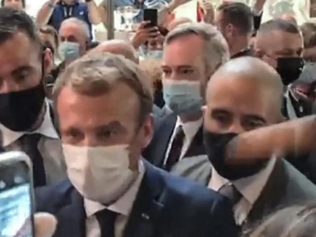 Frankreichs Präsident Macron mit Ei beworfen