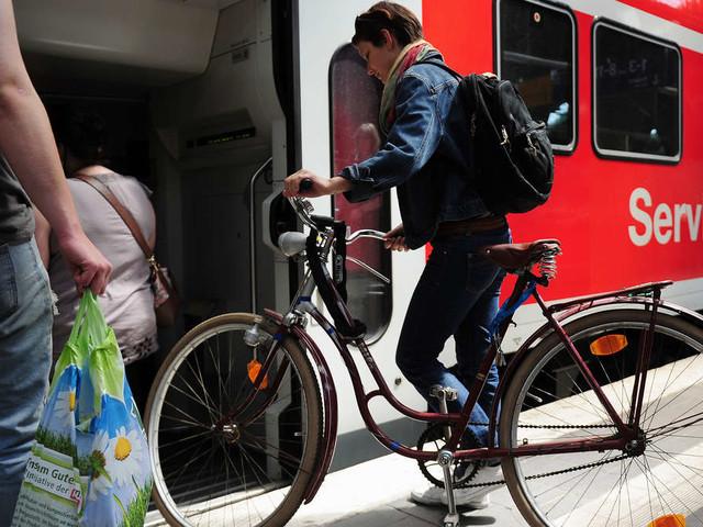 DB wirft Mann aus Zug, weil er E-Bike dabei hat: Fahrgäste entsetzt - Konzern kontert