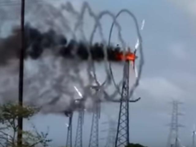 Ein brennendes Windrad, das Rauchringe macht