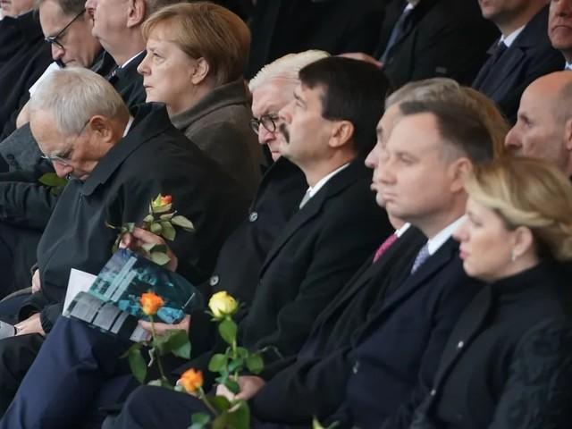 Die Mauer mit Rosen durchlöchert - Zentrale Gedenkfeier in Berlin