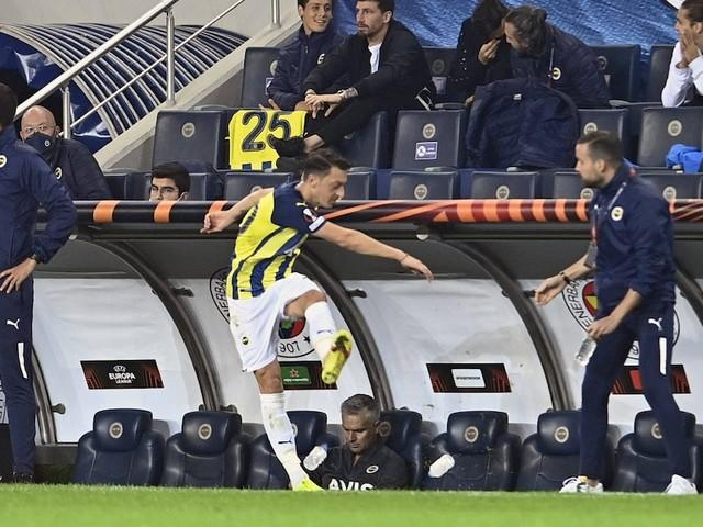 Ex-DFB-Star rastet aus - Özil spielt schlecht - als der Trainer ihn vom Platz nimmt, verliert er die Beherrschung