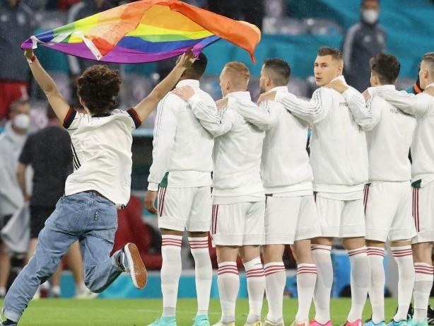EM 2021: Ordner stoppen Regenbogen-Flitzer während Ungarn-Hymne