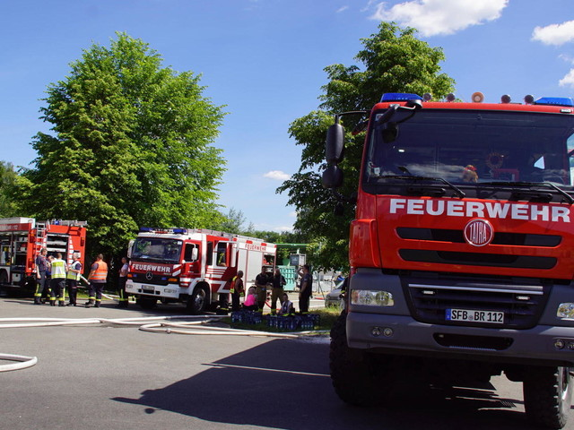 Großeinsatz der Feuerwehr bei Brand einer Lagerhalle in Kiel