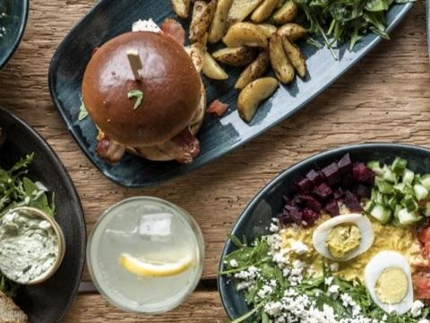 Neuer Treffpunkt in Bestlage am Wasser: Cotidiano eröffnet Restaurant an der Kiellinie