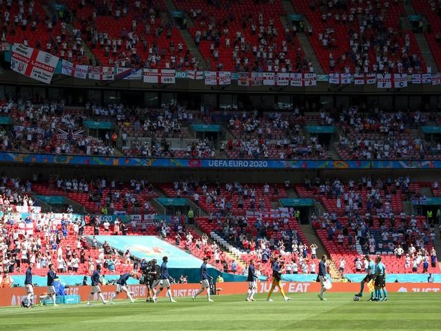 """Kurz nach Anpfiff: Fan nach Sturz von Tribüne im Wembley-Stadion in """"kritischem Zustand"""""""