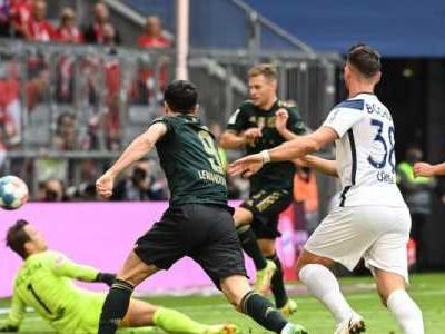 Der FC Bayern stürmt mit einem 7:0 an die Tabellenspitze.