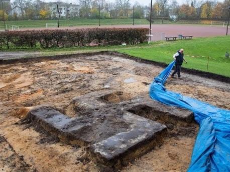 Riesiges Hakenkreuz aus Beton auf Hamburger Sportplatz ausgegraben
