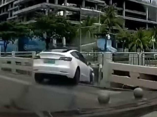 Tesla prallt auf Kreuzung gegen anderes Auto – dann muss es ganz schnell gehen