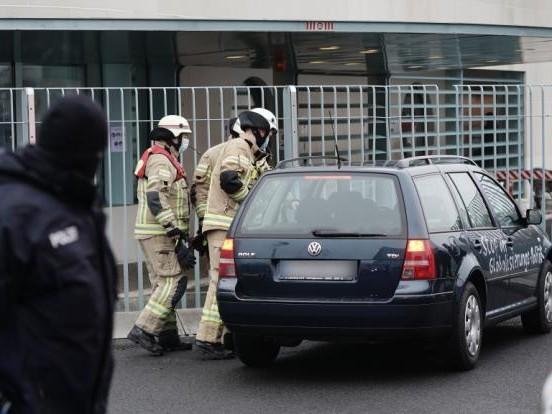 Mit Protest-Botschaften beschmiert: Schock für Angela Merkel! Auto rast in Tor des Bundeskanzleramts