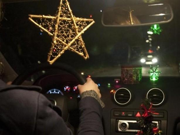 Tüv Rheinland informiert: Leuchtende Mini-Christbäume im Auto verboten