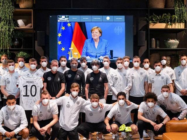 Kolumne: Berliner Republik: Warum die Kanzlerin Jogi Löw die Daumen drückt