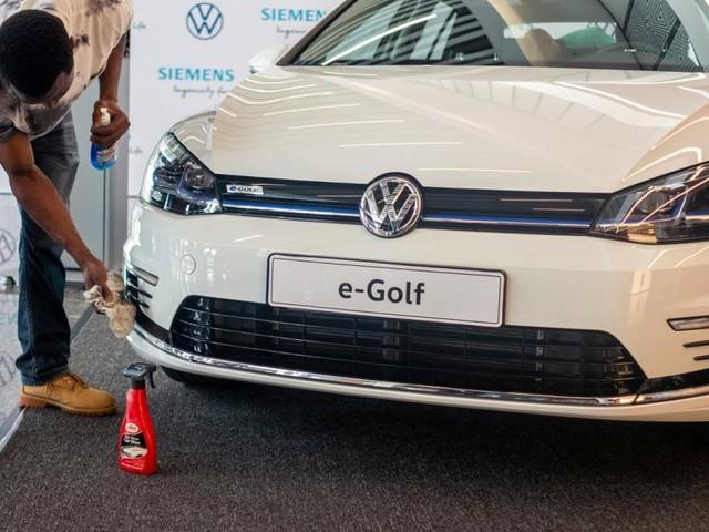 Volkswagen gegen Tesla: Der Platzhirsch und sein Herausforderer