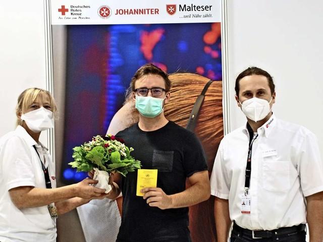 100000 Corona-Impfling in Esslingen: Glückwünsche für einen Studenten