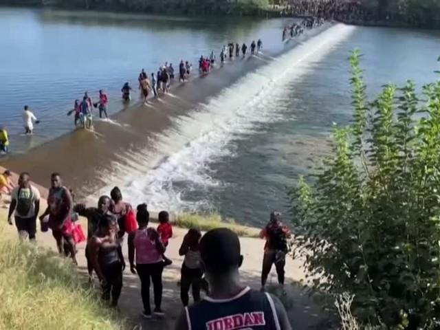 Video: Tausende Flüchtlinge überqueren mexikanisch-texanische Grenze