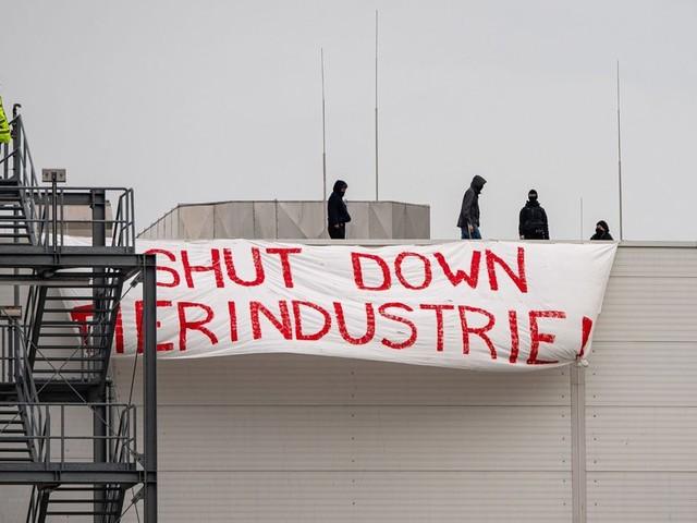 Aktivisten besetzen Tönnies-Schlachthof in Rheda-Wiedenbrück