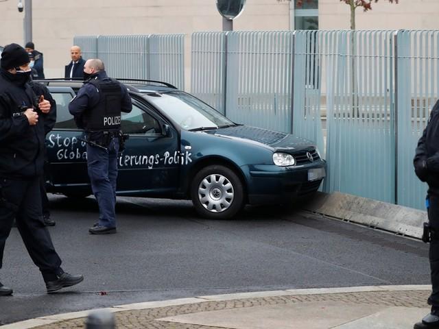 Bekannter Wiederholungstäter: Mann fährt gegen Kanzleramts-Tor