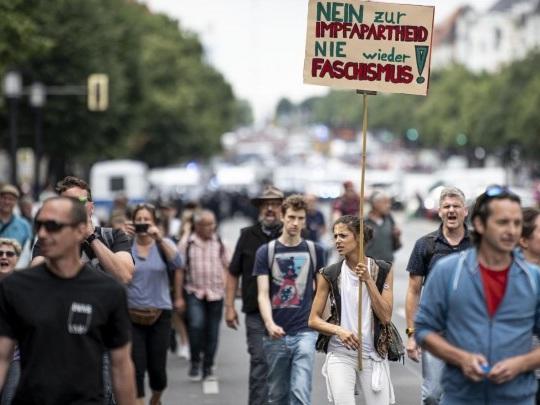 Berlin - Proteste trotz Demonstrationsverbots - 500 Festnahmen